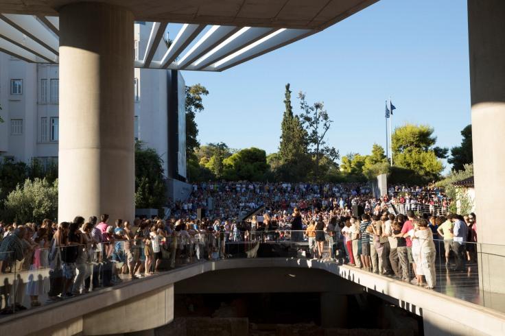 Πάνω από 5.000 Αθηναίοι περπάτησαν στο κέντρο της Αθήνας στις εκδηλώσεις τιμής για την Μαρία Κάλλας, με τους καλλιτέχνες της Λυρικής