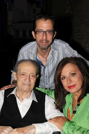 Με την Χαρούλα Αλεξίου και τον γιο του Ανδρέα, πολιτιστικό σύμβουλο του Φεστιβάλ Πάτρας, στα τέλη του περασμένου Αυγούστου, στο Αρχαίο Ωδείο