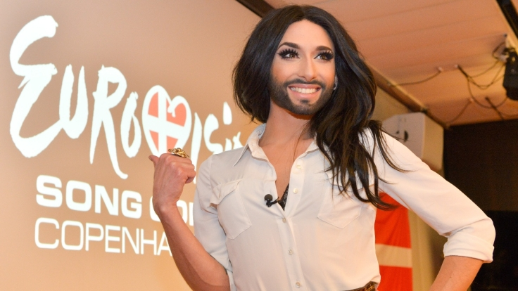 eurovision-song-contest-conchita-wurst-als-bondgirl 01