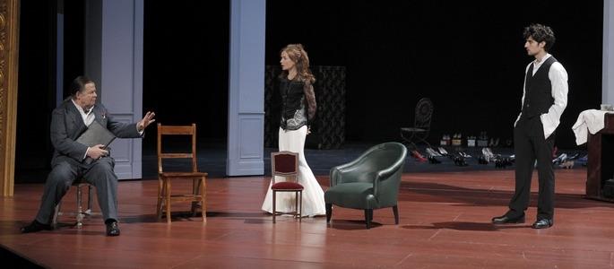 1 - Les Fausses Confidences - de gd Bernard Verley, Isabelle Huppert, Louis Garrel (c) Pascal Victor