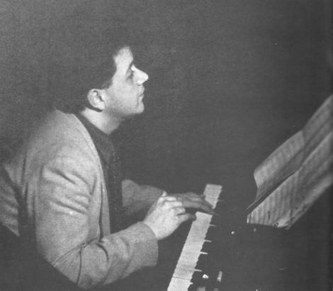Ο Μάνος Χατζιδάκις στο πιάνο, 25-26 χρόνων. Φωτογραφία της Μαργαρίτας Λυμπεράκη όπου δημοσιεύθηκε στο βιβλίο Ανοιχτές Επιστολές στον Μάνο Χατζιδάκι, Εκδόσεις Μπάστα - Πλέσσα, 1996.