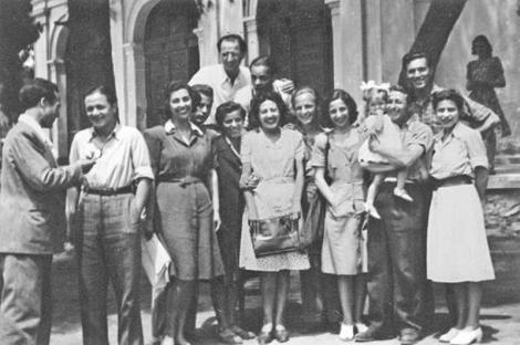 1946. Ενωμένοι Καλλιτέχνες. Διακρίνονται, μεταξύ άλλων, ο Μάνος Χατζιδάκις (δεύτερος από αριστερά), η Αλέκα Παΐζη και όρθιος επάνω ο Γιώργος Σεβαστίκογλου. Η φωτογραφία δημοσιεύτηκε στο βιβλίο της Άλκης Ζέη Με μολύβι φάμπερ νούμερο δύο, Εκδόσεις Μεταίχμιο, 2013.