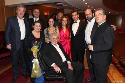 Οι συντελεστές της συναυλίας με τον Μίκη Θεοδωράκη, τον Αθανάσιο Κ. Θεοδωρόπουλο, Πρόεδρο της ΕΛΣ και τον Μύρωνα Μιχαηλίδη, Καλλ. Δτνή της ΕΛΣ